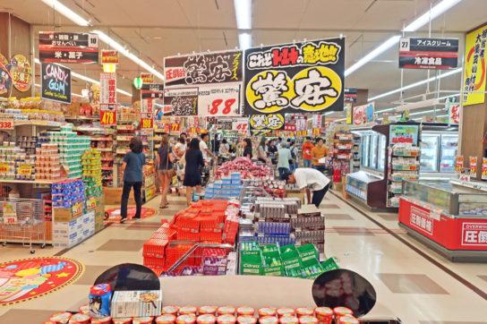 売場の各所で驚安商品を販売