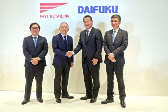 柳井会長兼社長(中央左)と下代社長(中央右)