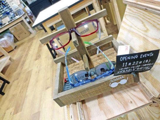 カインズ工房内でJINSのメガネを紹介