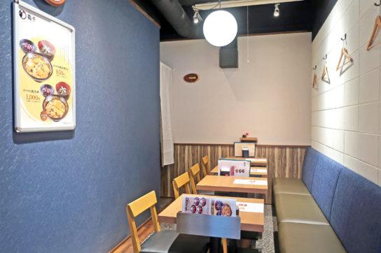 客席は和風の定食屋をイメージした