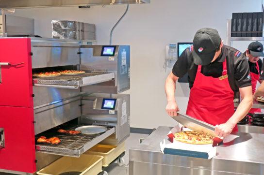 焼き立てのピザをカット