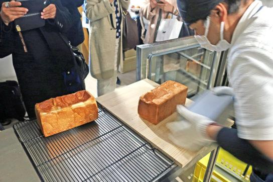 店内でパンを焼き上げ