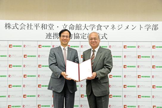 平松社長(左)と朝倉学部長(右)