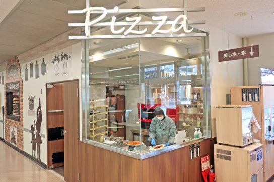 店内の窯で焼き上げるナポリ風ピザを導入