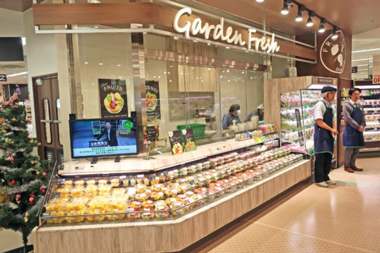 店内製造のフレッシュサラダコーナー
