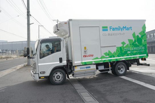 出発するEVトラック