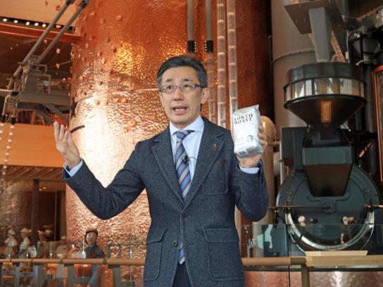 ロースタリー 東京で「TOKYO ロースト」を説明する水口貴文CEO