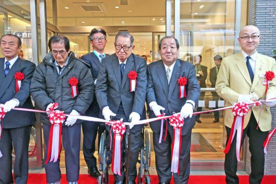 伊藤名誉会長(右から3人目)
