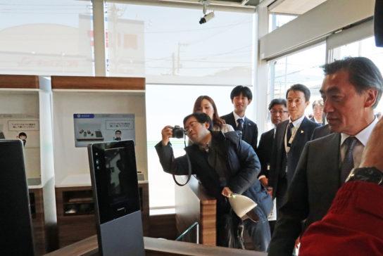 入口で顔認証を体験する澤田社長