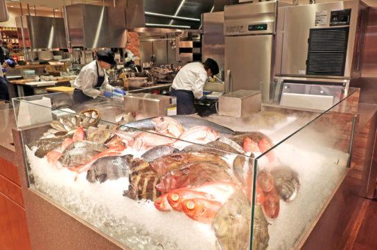 調理に使用する鮮魚のディスプレイ