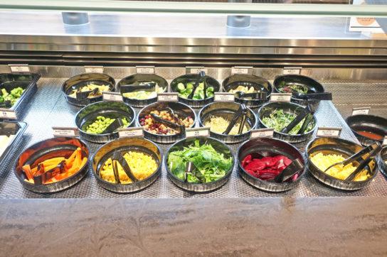 サラダバーでは豆・根菜・海藻も提供