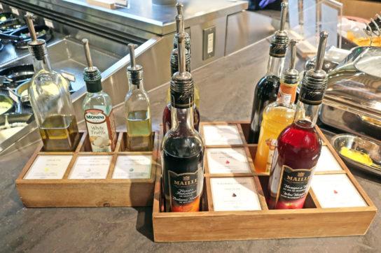オリーブオイルやバルサミコ酢も用意