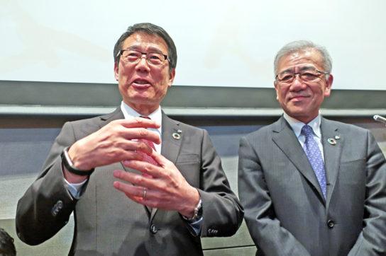 新社長の永松氏(左)とセブン&アイの井阪社長(右)