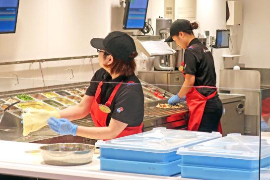 ピザの製造工程を公開