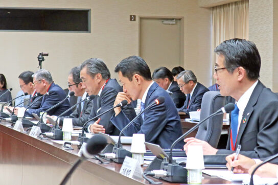 セブン永松社長(左)とファミマ澤田社長(左から3人目)