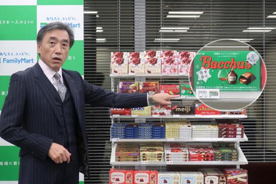 写真付きプライスカードを説明する澤田社長