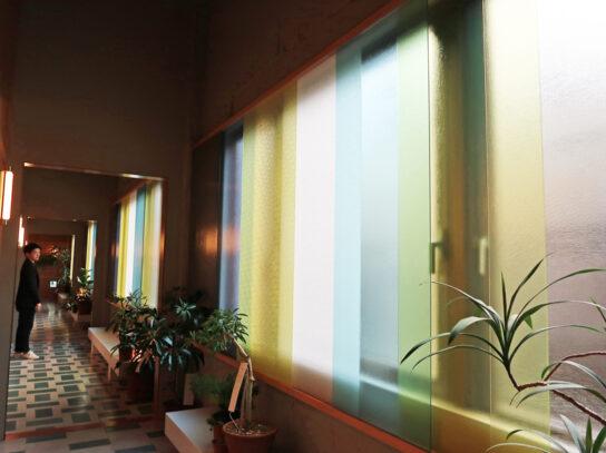 障子をイメージしたすりガラスの窓が付いた廊下
