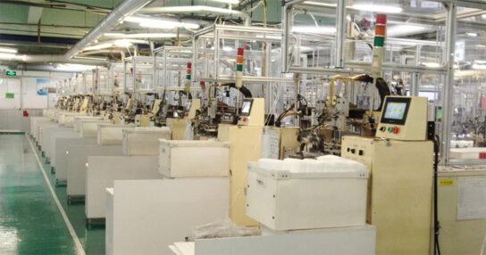 フル稼働を続ける中国・大連工場のマスク生産ライン