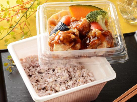20200313lo2 544x408 - ローソン/肉・野菜・雑穀米の彩りもこだわったチルド弁当「16DELI」
