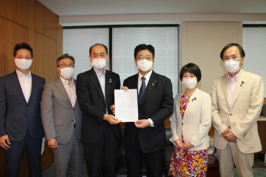 松浦会長(中央左)と加藤大臣(中央右)