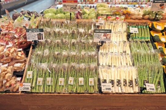 青果売場では旬のアスパラガスを大量陳列