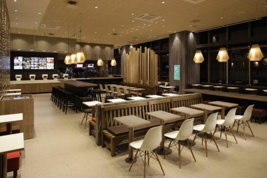 20200716ropponngi1 544x362 - マクドナルド/「六本木ヒルズ店」新デザイン「wood stone」に一新
