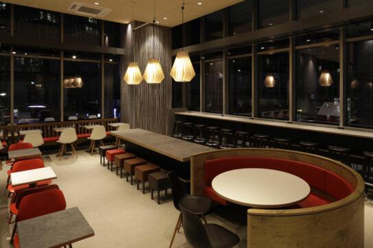 20200716ropponngi2 544x362 - マクドナルド/「六本木ヒルズ店」新デザイン「wood stone」に一新