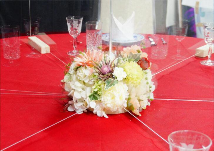土台に花を飾り華やかに演出