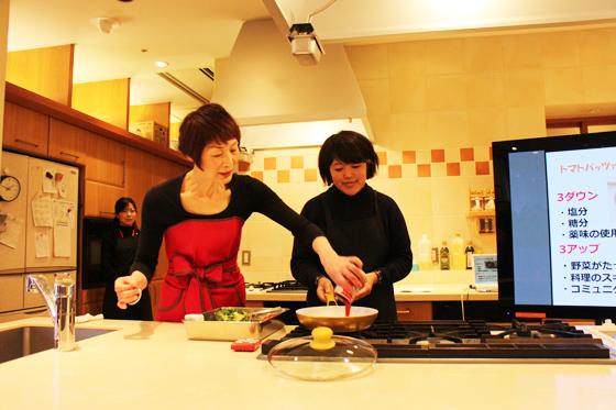 料理研究家の浜内千波先生によるトマトパッツァの実演