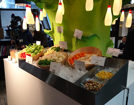 サラダボウルセットは野菜をサラダスタンド形式で提供