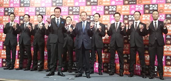 遠藤憲一さんと西宮正・上席執行役員マーケティング本部長