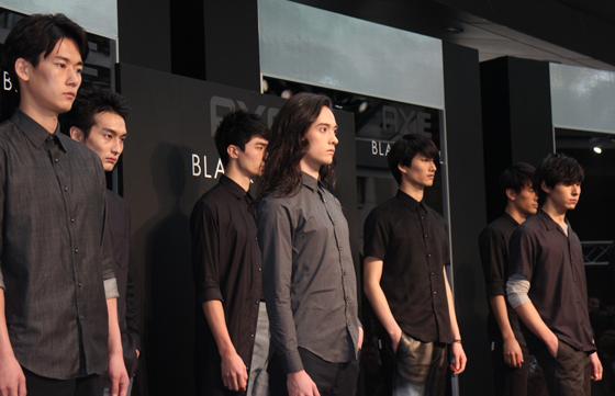 栗原類さんらが、BLACKシャツをお披露目