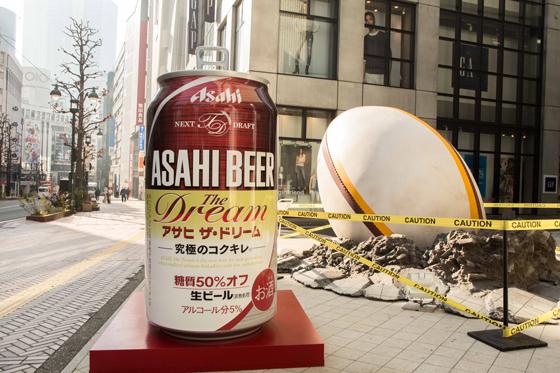 巨大ラグビーボールと「ザ・ドリーム」の巨大缶体