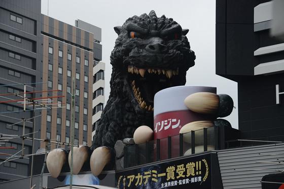 新宿東宝ビルのゴジラがイソジンでうがい