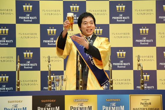 今田さんはビールのサーブの腕前を披露