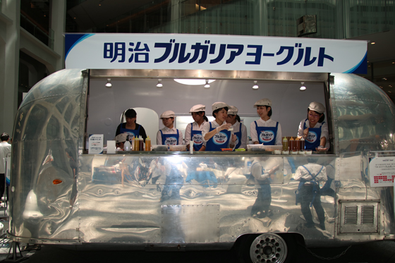 8種のヨーグルトトッピングが楽しめる試食コーナー