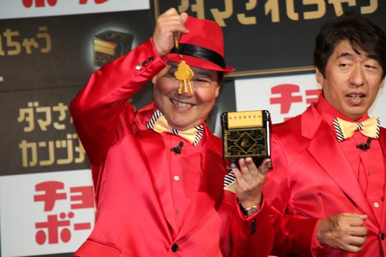 「ダマされちゃうカンヅメ」を体験する寺門ジモンさん、上島竜平さん1