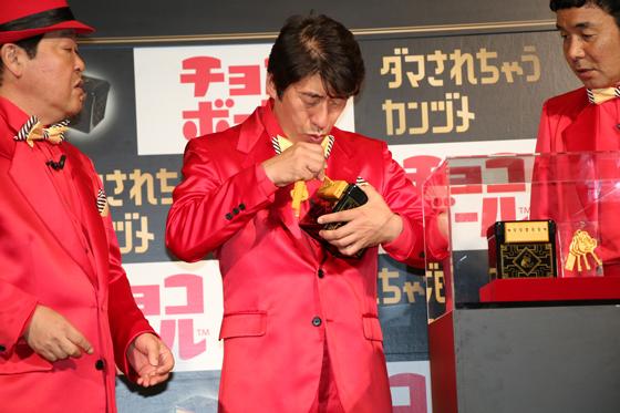 「ダマされちゃうカンヅメ」を体験する寺門ジモンさん、上島竜平さん2