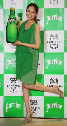 ペリエをイメージしたグリーンの衣装に身を包んだ河北麻友子さん