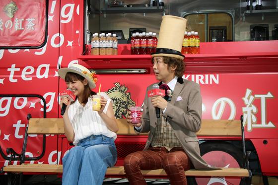 スムージーのおいしさをアピールする西内まりやさんとアンガールズ田中さん2