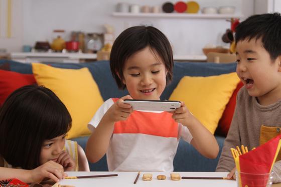 ポッキーやビスコなどのお菓子を使用したアプリ「グリコード」