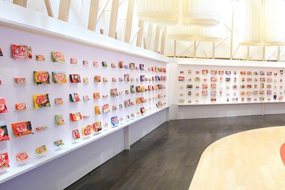 歴代約300種類の商品パッケージを展示