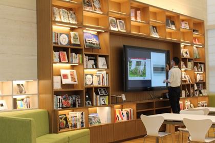 本棚とSurface Hub