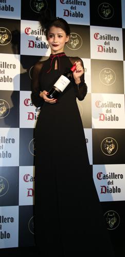 ダレノガレ明美さんは、会場に小悪魔風の衣装で登場