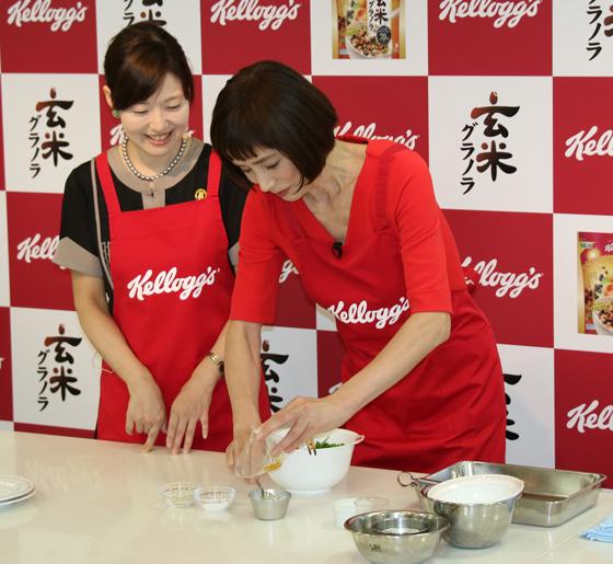日比野先生考案の玄米グラノラを使ったレシピを調理