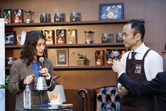 コーヒー鑑定士の狩野雄一さんがマリエさんにドリップのコツを伝授