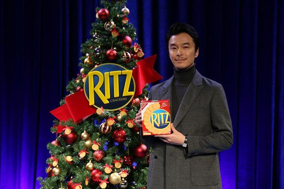 「リッツ」クリスマスイベントに長谷川博己さんが登場