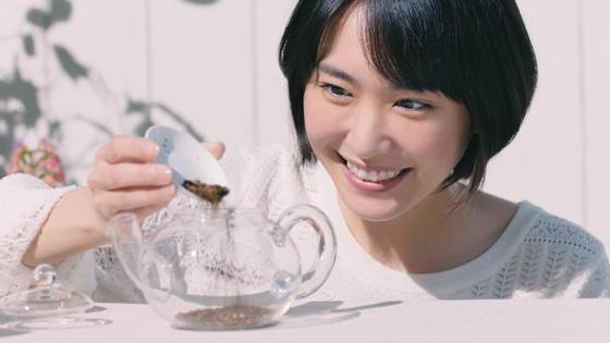 新垣結衣さんを起用した「十六茶」新CM「草原でブレンド」編2